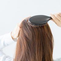 髪をとかす女性①