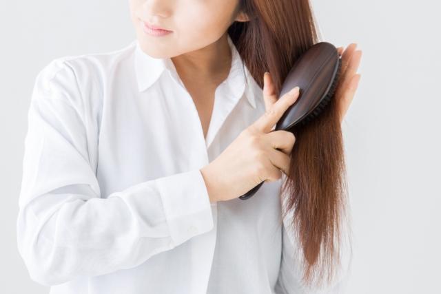 髪をとかす女性②
